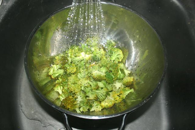 06 - Drain & refresh broccoli / Broccoli abgießen & abschrecken