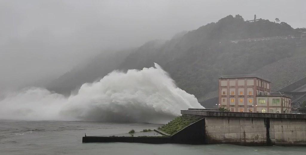 石門水庫調洩洪。圖片來源:水利署北區水資源局