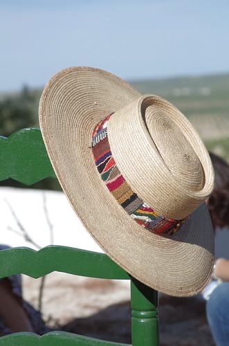 Un Sombrero cordobes y una silla verde