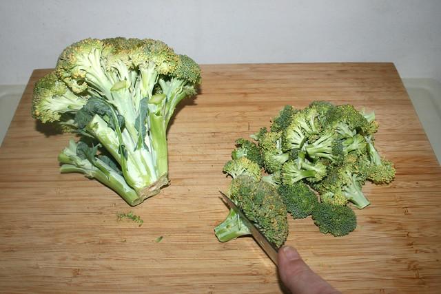 02 - Cut broccoli in florets / Broccoli in Röschen zerschneiden