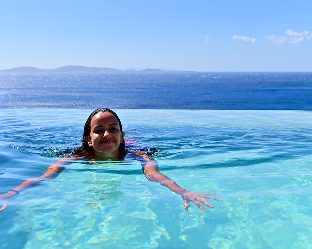 Nadando en el hotel barato en Grecia con piscina privada donde dormimos