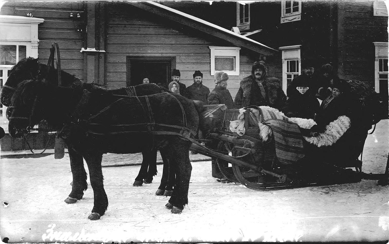 1912. Во дворе конторы Знаменского стекольного завода