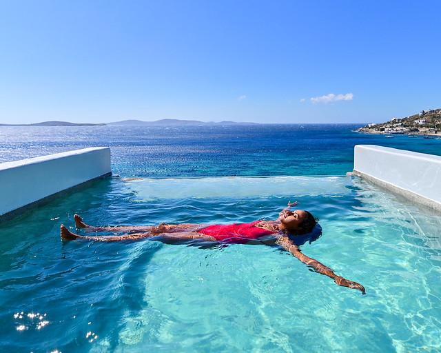 Flotando en la piscina del hotel Amazon de Mykonos