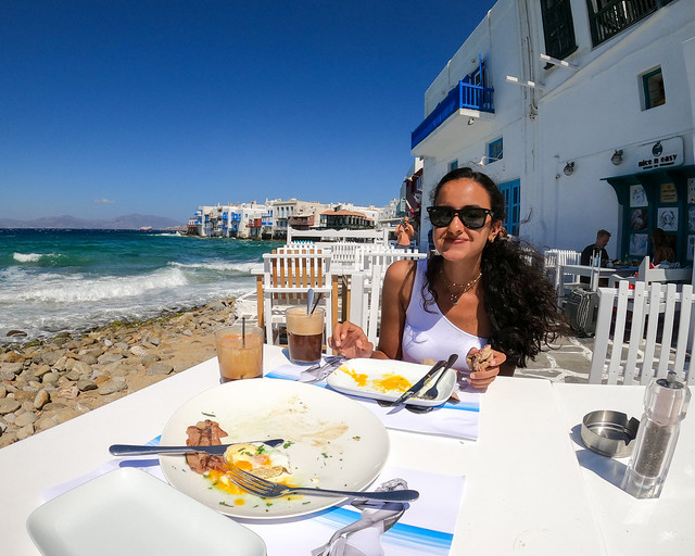 Desayunando en Mykonos antes de ir a nuestro hotel con piscina privada