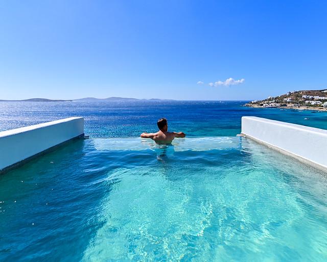 Piscina infinita de nuestro hotel en Grecia