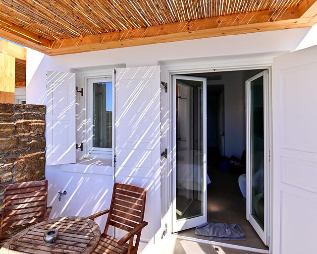 El porche de la habitación en el hotel Amazon de Mykonos