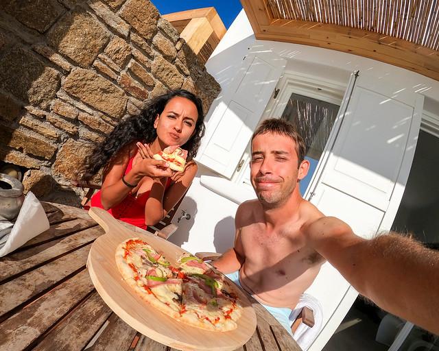 Comiendo pizza en el porche de nuestro hotel en Grecia con piscina