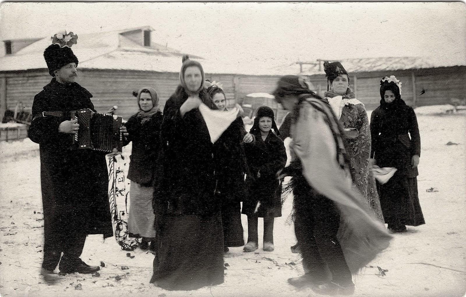 1914. Ряженые на улицах в святки