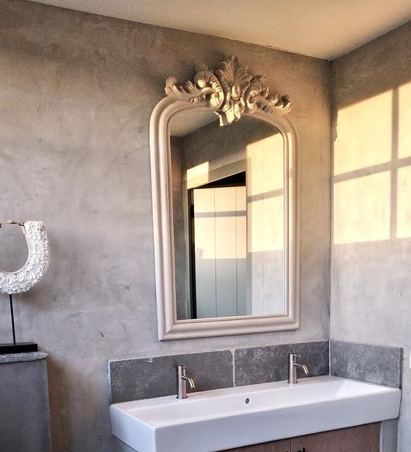 Kalkverf badkamer landelijk sober kuifspiegel