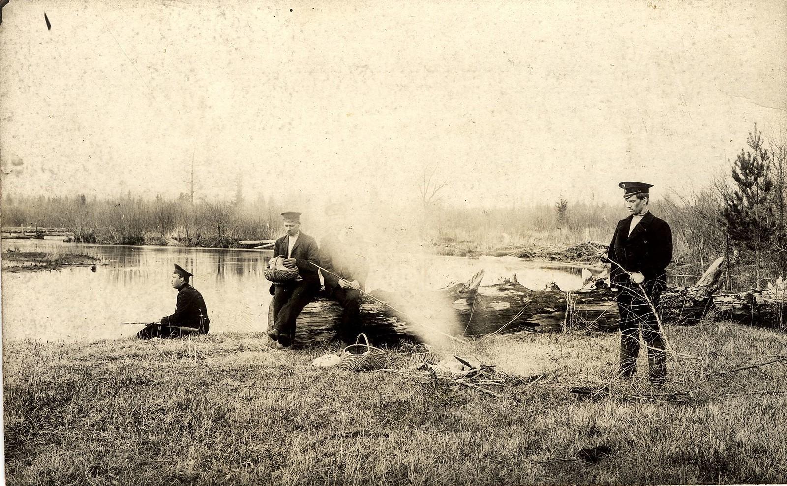 1913. Служащие стекольного завода на рыбалке на реке Каче