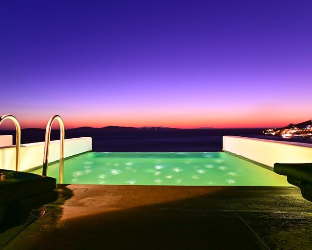 La piscina privada del hotel en Grecia iluminada de noche