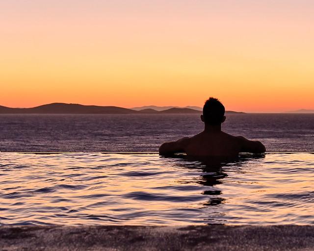 Atardecer desde nuestro hotel con piscina en Grecia