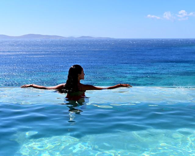 Piscina infinity en hotel de Grecia