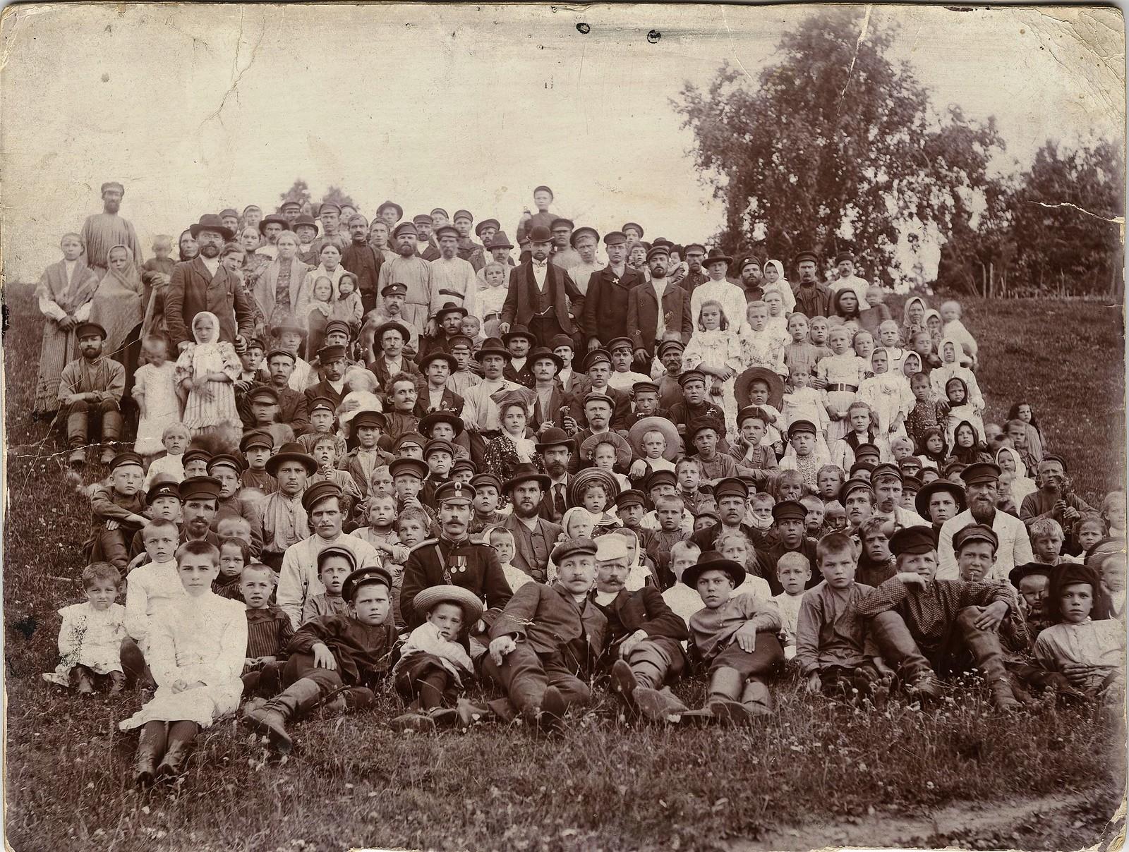 1909. Рабочие и жители поселка Знаменского стекольного завода
