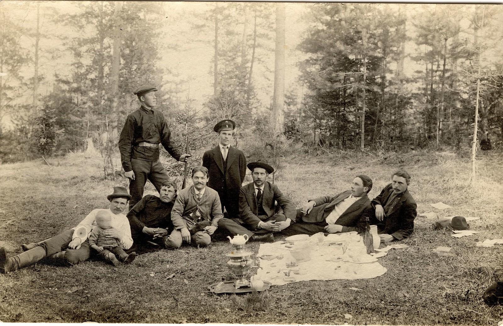 1913. Служащие Знаменского стекольного завода на лесной прогулке в окрестностях поселка