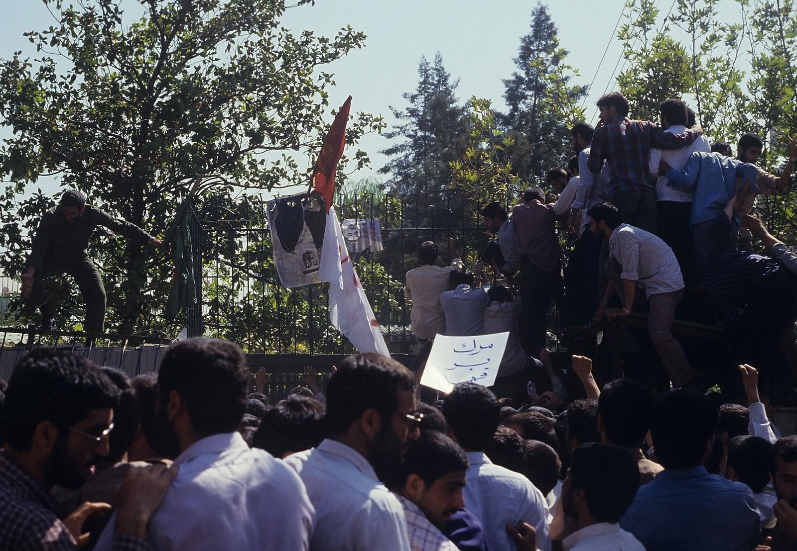 1987. Демонстранты протестуют у посольства Саудовской Аравии. Иран, 1 августа. Накануне сотни паломников (в основном иранцев) погибли во время ежегодной церемонии хаджа в Мекке; некоторые были застрелены саудовской полицией и службой безопасности, другие