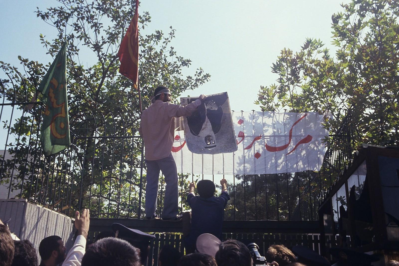 1987. Демонстранты протестуют у посольства Саудовской Аравии. Тегеран, 1 августа. Накануне сотни паломников (в основном иранцев) погибли во время ежегодной церемонии хаджа в Мекке; некоторые были застрелены саудовской полицией и службой безопасности, друг