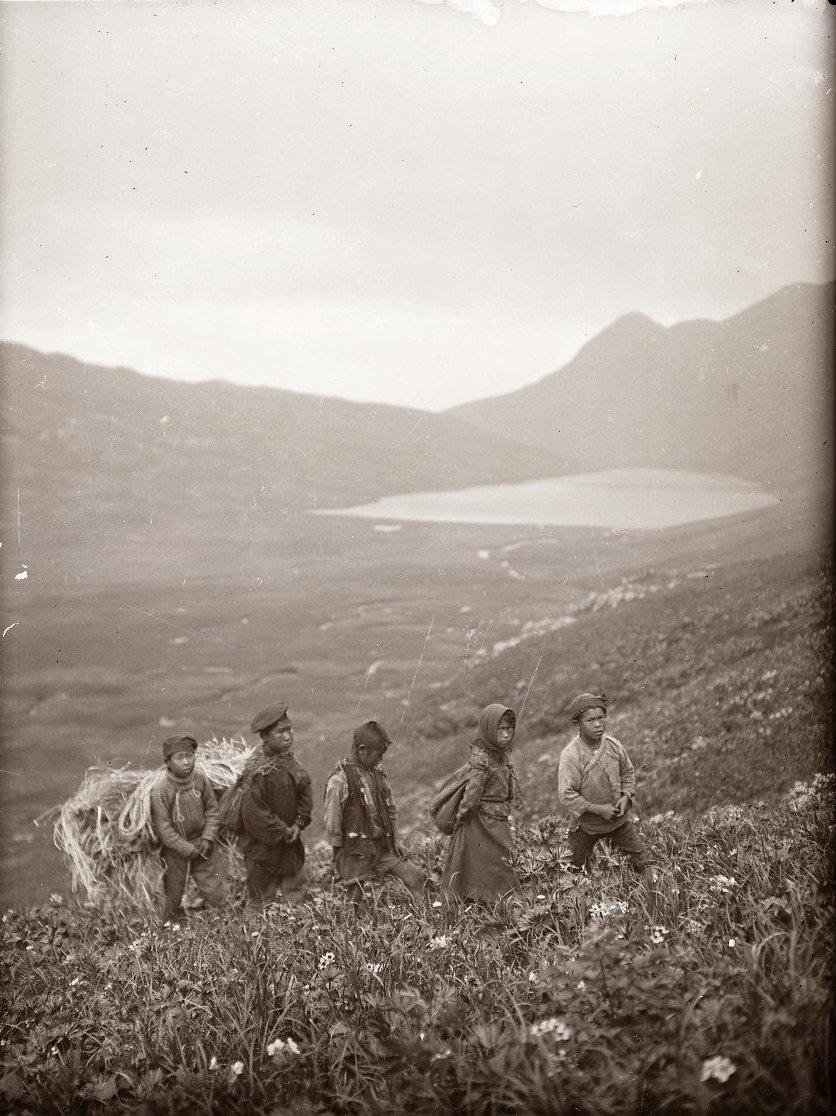 1909. 28 июля. Алеутские дети с ношей. Атту остров