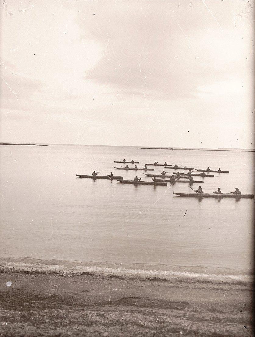 1909. 8 октября. Алеуты в байдарках, остров Умнак