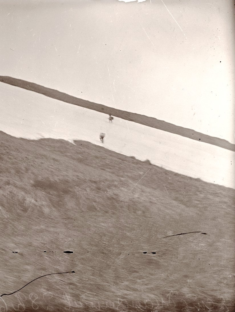 1909. 22 июня. Алеуты идут с ношей в гору. Атту остров