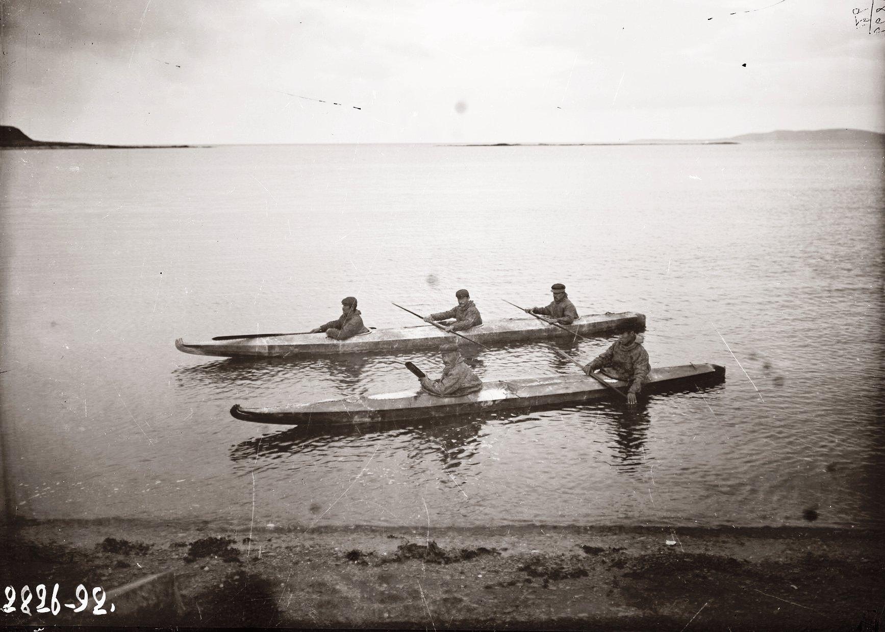 1909. 8 октября. Алеуты в двухлючных и трехлючных байдарках, остров Умнак , остров Умнак. Село Никольское.