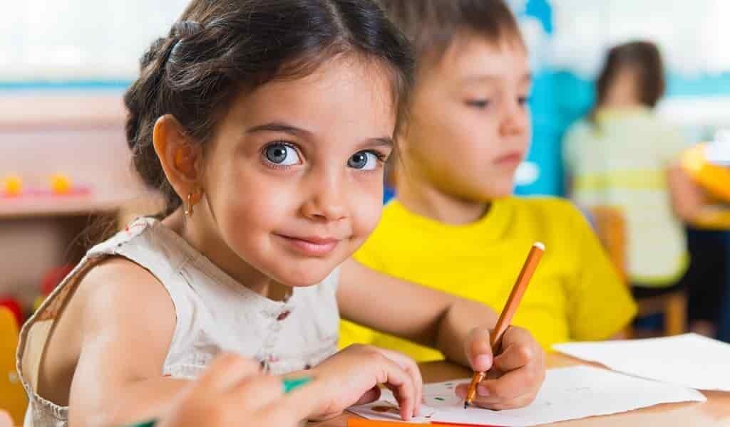 Les filles et garçons ont tendance à écrire des histoires sur les garçons