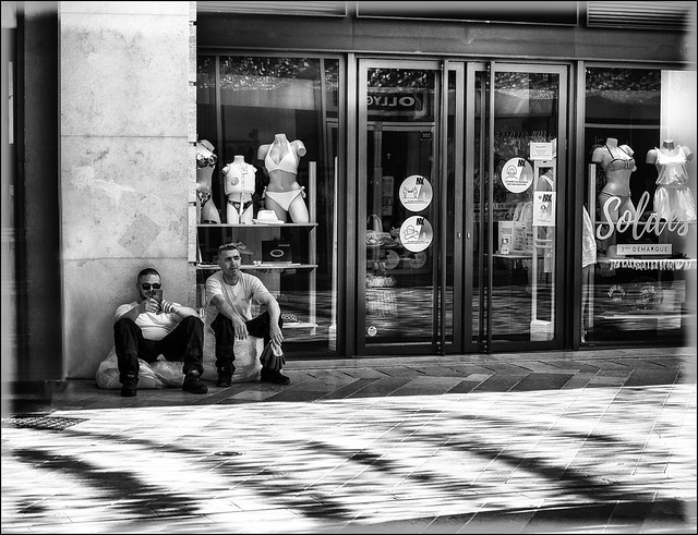 En attendant l'ouverture... /  Waiting for the store to open...
