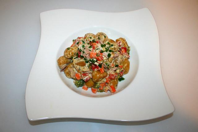 28 - Gnocchi in cream cheese garlic sauce with ham & vegetables - Served / Gnocchi in Frischkäse-Knoblauch-Sauce mit Schinken & Gemüse - Serviert