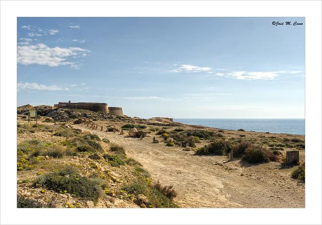Camino a la fortaleza (El Playazo de Rodalquilar, Almería)