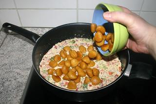 27 - Put gnocchi back in pan / Gnocchi zurück in Pfanne geben