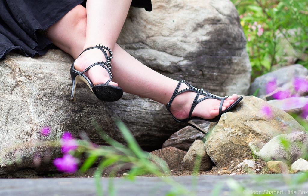 Mustat-korkokengat-niiteilla-jalat