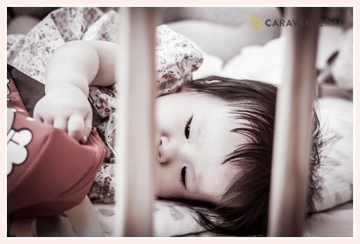 床にゴロンした1歳の女の子 モノクロ写真
