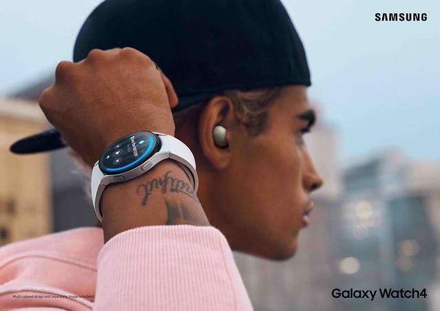 F_03_Lifestyle_Galaxy Watch4_Silver_2P_Rgb_L