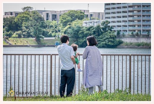 公園でファミリーフォト 親子3人の後ろ姿