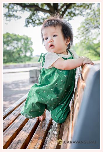 ママお手製のサロペットを着た女の子 1才