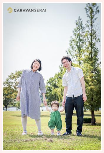 親子3人で手をつないで記念写真 平和公園(名古屋市)