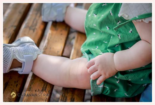 1歳の女の子のお手てとあんよ ママお手製の緑のサロペットを着て