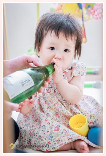1歳のお誕生日を迎えた女の子 一升瓶を加えて(笑)