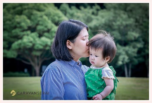 親子写真 ママがチュー 1歳の女の子
