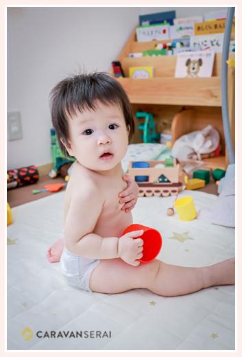 オムツ姿の赤ちゃん 記念の1枚