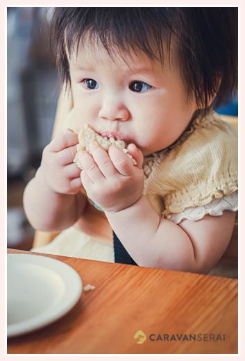 おむすびの食べ方が大胆な1歳の女の子