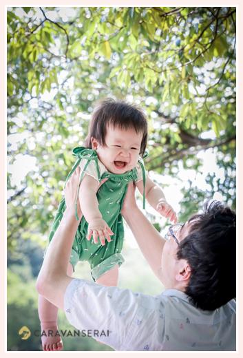 パパに高い高いされて喜ぶ女の子 緑のサロペット