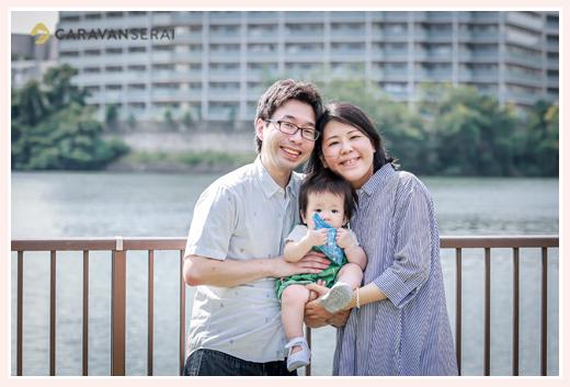 公園でファミリーフォト 親子3人 1才のお誕生日記念