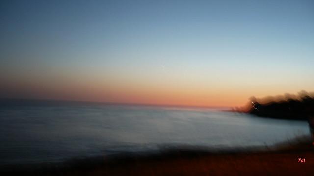 Flou sur le coucher du soleil sur l'océan.