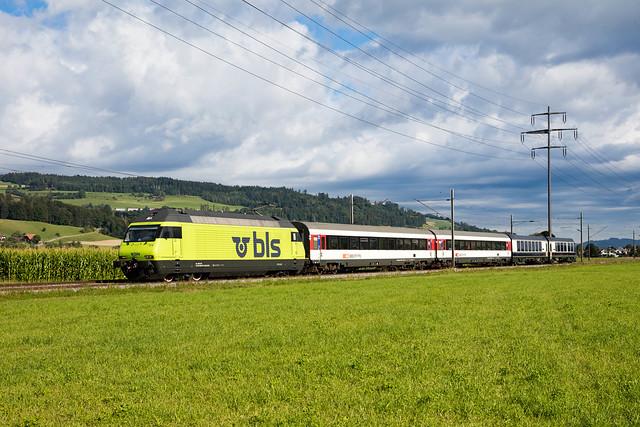 1M1A3373 Re 465 014 mit zwei EW IV B, dem Interfacewagen Bsi 293 sowie dem Steuerwagen ABst 382 am 06.08.2021 bei Kiesen