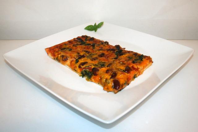 17 - Spinach salami kidney beans  pizza - Side view / Spinat Salami Kidneybohnen Pizza - Seitenansicht