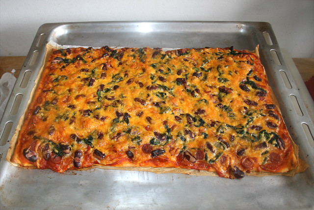 15 - Spinach salami kidney beans  pizza - Finished baking / Spinat Salami Kidneybohnen Pizza - Fertig gebacken