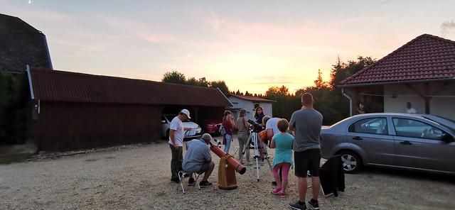 VCSE - Tekintsük meg a Holdat távcsővel! A barnás távcsőnél a tábor szomszédságában lakó szomszéd vizsgálja a Holdat - Fotó: Ágoston Zsolt