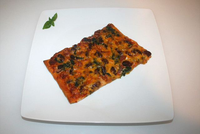 16 - Spinach salami kidney beans  pizza - Served / Spinat Salami Kidneybohnen Pizza - Serviert