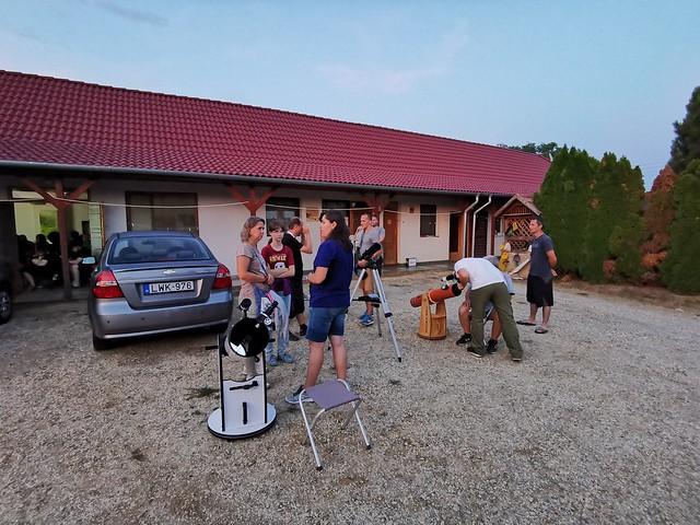 VCSE - Érkeznek az első látogatók még a világosban. Este nyolckor felhők voltak még, 11 óra felé teljesen levonult a felhőzet. - Fotó: Ágoston Zsolt